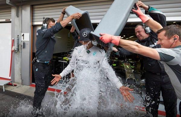 Hamilton a relevé le défi de Ricciardo pour le #IceBucketChallenge . Il nomine Will Smith, Tom Cru..