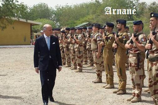 Sur une photo de L.Fabius passant les troupes FR au Tchad, un pro-EI français rajoute «Arnané» =..