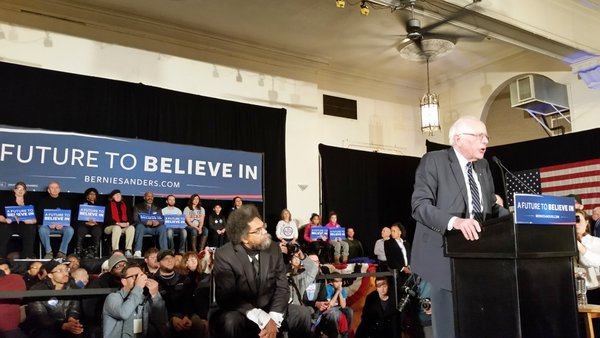 CLIC CLAC 44 .Bernie sanders et derrière C.West qui était a Harlem au début pour Obama https://t.c..