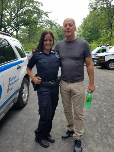 La photo bis du jour.  Bruce Willis soutenant  la police de New York. Photo Tweetee par NYPD &#823..